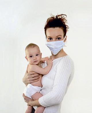 мама в маске с ребенком