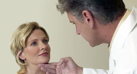 врач осматривает лицо