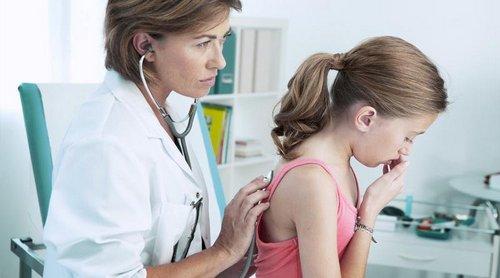 ребенок у врача кашляет