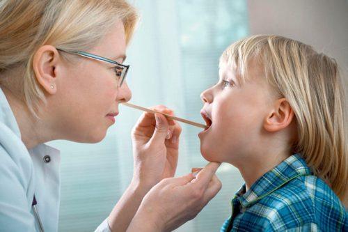 проверка горла у ребенка