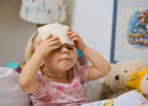ребенок с компрессом на голове