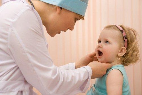 осмотр горла у ребенка врачом