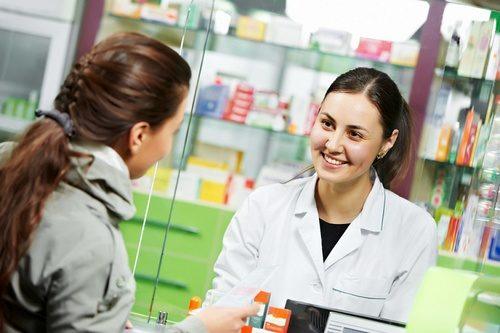 женщина в аптеке за лекарствами