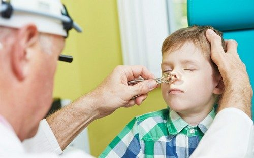 осмотр носа у ребенка