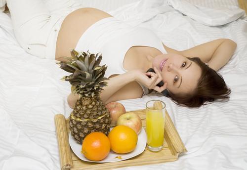 беременная женщина с телефоном