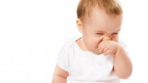 Новорожденный ребенок чихает