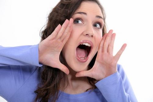 девушка пытается кричать