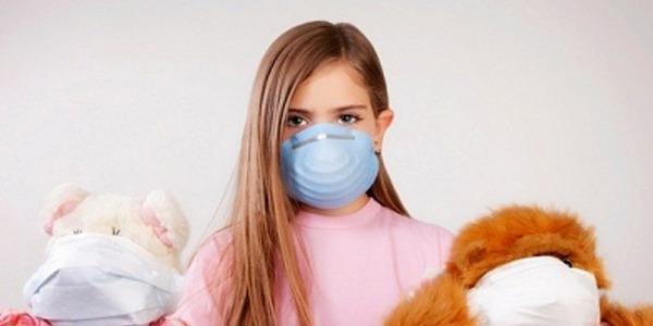 ребенок в маске от гриппа