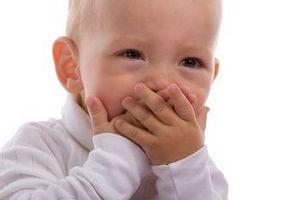 ребенок прикрыл рот