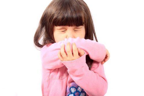 девочка чихает и кашляет